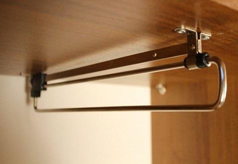 Выдвижное вешало для шкафа